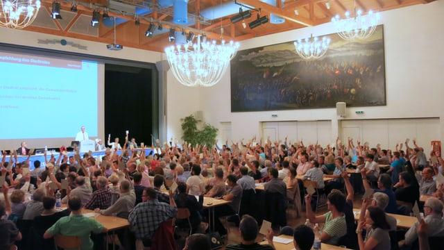 Die Gemeindeversammlung von Sempach an einer Abstimmung.