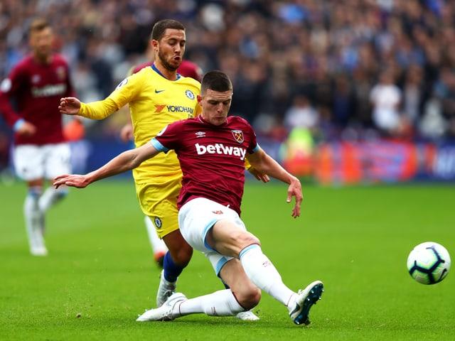 Chelsea-Star Eden Hazard im Zweikampf mit Declan Rice.