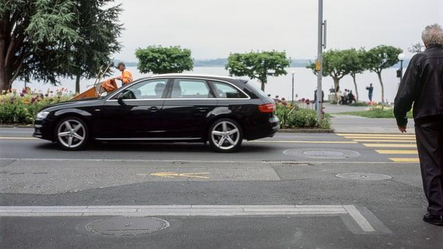 Ein Auto in der Stadt Zug.