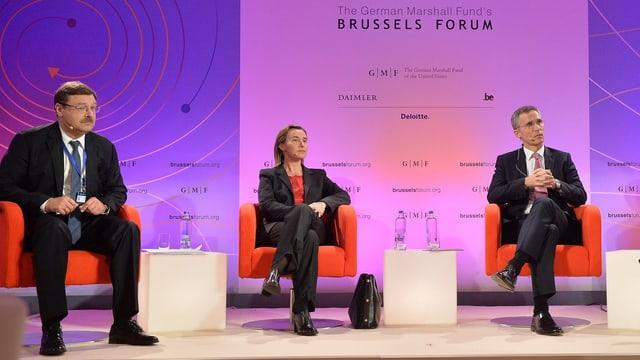 Konstantin Kosachev, EU Aussenbeauftragte Federica Mogherini und Nato-Generalsekretär Jens Stoltenberg auf dem Podium.