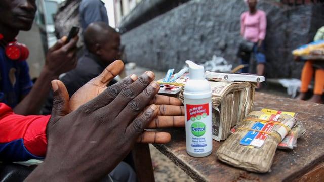 Ein Mann desinfiziert seine Hände.