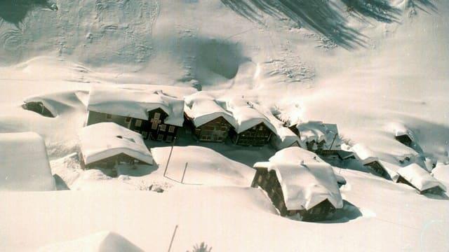 Eingeschneites kleines Dorf im Meiental im Kanton Uri.