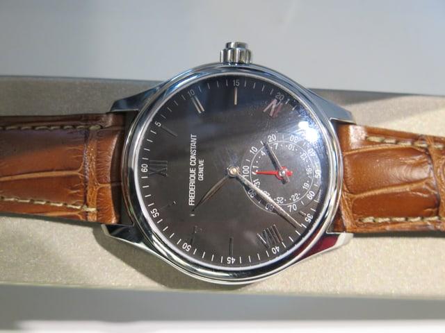 Eine Uhr von Frederique Constant mit schwarzem Ziffernblatt.