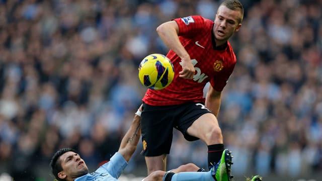 Uniteds Cleverley lässt Agüero am Boden zurück.