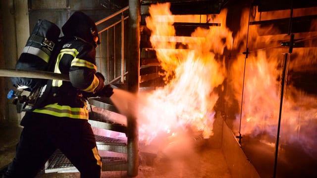 Feuerwehrmann beim Löschen von Flammen