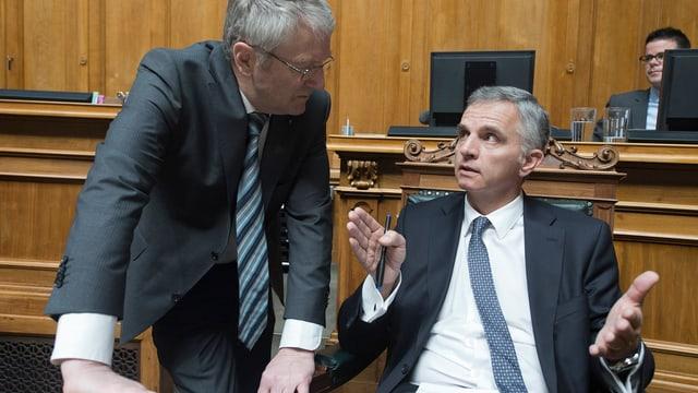 Bundesrat Burkhalter im Gespräch mit Nationalrat Walter Müller.
