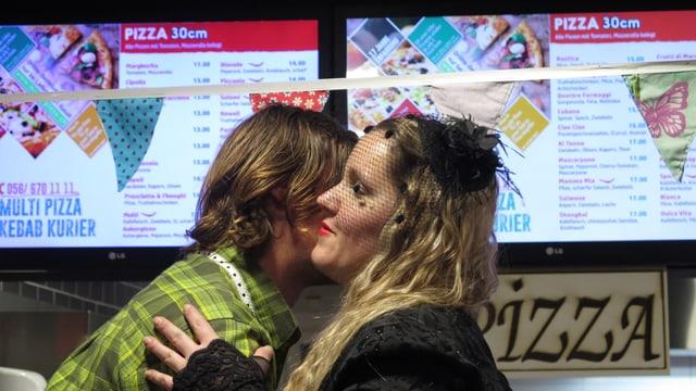 Frau gibt Mann ein Küsschen