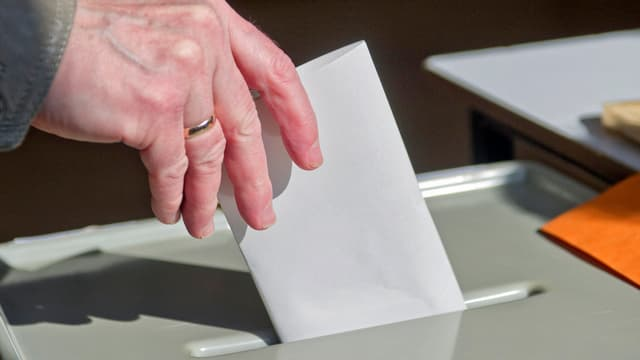 Stimmabgabe an Urne