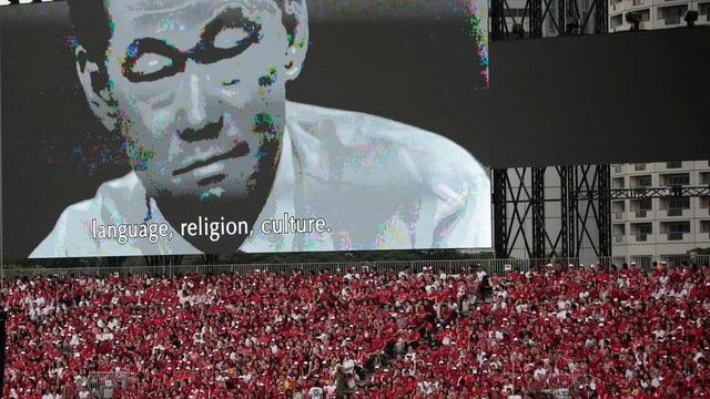Video-Hommage an Singapurs Gründervater, viele Zuschauer im Vordergrund.