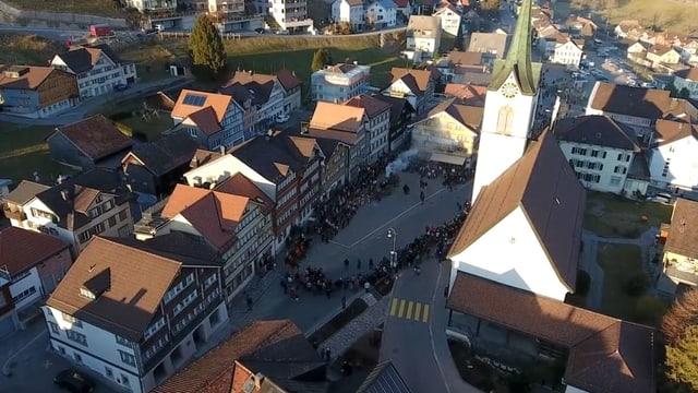 Das Dorf Urnäsch von oben. Rechts die Dorfkirche, in der MItte der Dorfplatz, links die Häuserzeile mit Restaurants und Museum