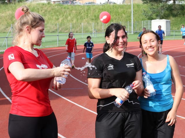 Anic Lautenschlager bewässert Teilnehmerinnen.