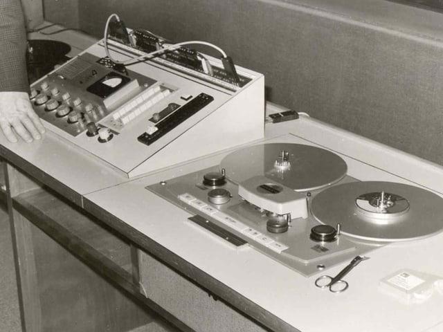 Tonbandmaschine und dameben Knöpfe.