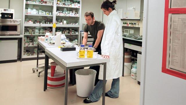 Zwei Studenten in einem Labor im Institut für Pflanzenwissenschaften der ETH Zuerich