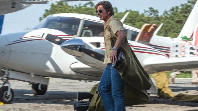 Barry Seal lädt Waffen in ein Flugzeug.