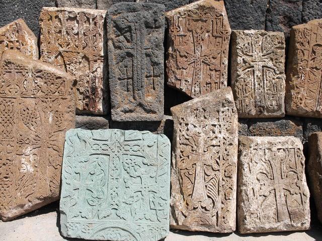 Steinplatten mit eingemeisselten Kreuzen.