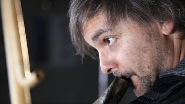 Balthasar Streiff - der Basler Alphornist und Performer spielt ein Tierhorn