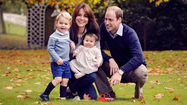 Familie Windsor auf einer Wiese im Familienglück.