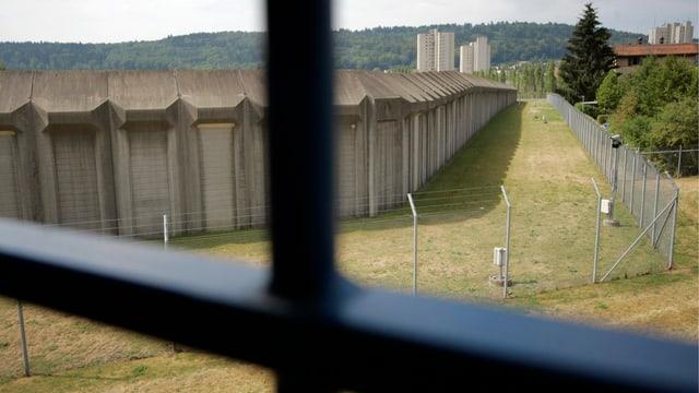 Blick aus einem vergitterten Fenster in der Strafanstalt Poeschwies, wo Verwahrte untergebracht sind.