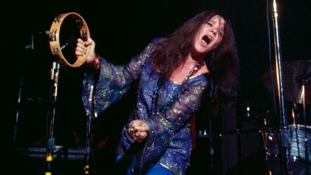 Frau singt in ein Mikrofon
