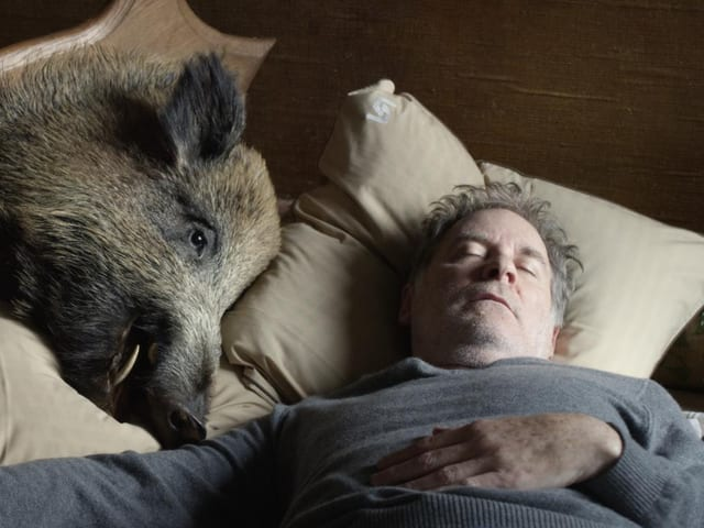 Kevin Kline liegt betrunken im Bett