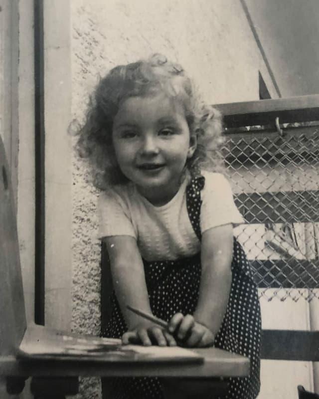 Ein Mädchen mit blonden Locken.