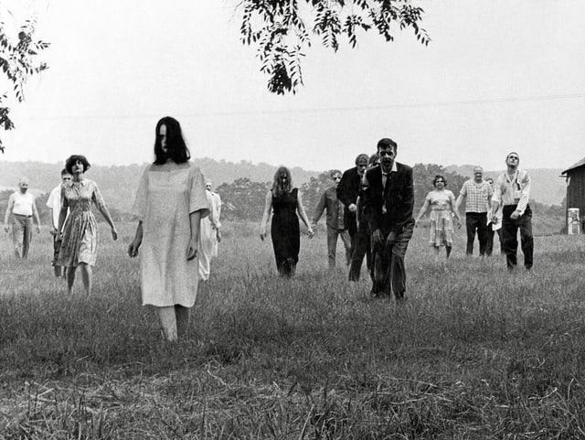 Ausschnitt aus «Night of the Living Dead», Zombies gehen über Feld.