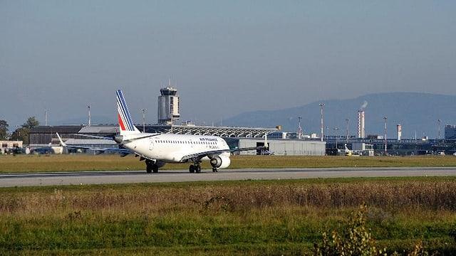 Flugzeug auf der Landeband im Hintergrund Tower