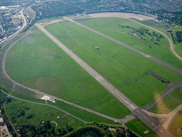 Luftaufnahme des fast runden Tempelhof-Geländes.