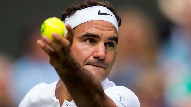 Federer beim Service.