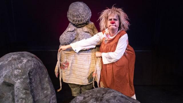 Bühnenausschnitt mit Clownin Gardi Hutter als Hanna.