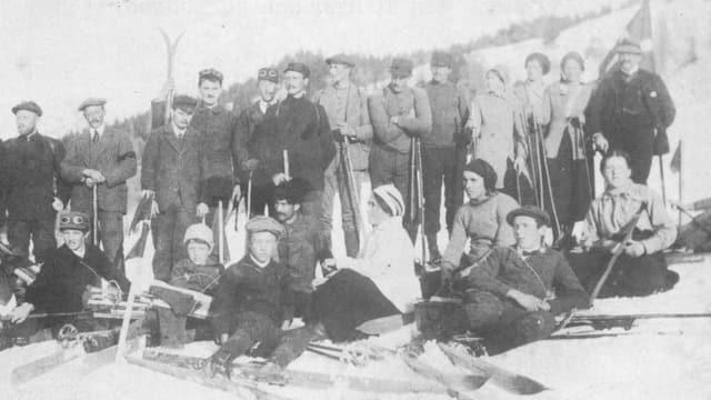 Historisches Bild mit einer Gruppe von Skifahrern des SC Splügen.
