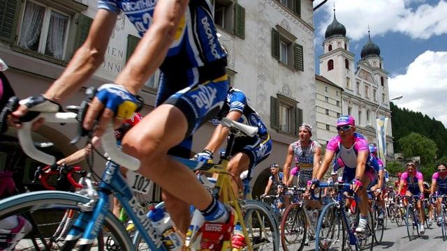 Ciclists dal Tour de Suisse che passan sin la via sut la claustra vi.