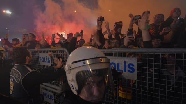 Galatasaray-Anhänger bei der Ankunft von Didier Drogba in Istanbul