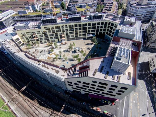 Blick von oben auf das neue Gebäude mit Innenhof.