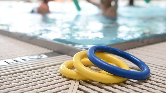 Symbolbild: schwimmreifen am beckenrand