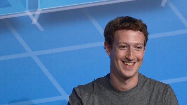 Mark Zuckerberg lachend