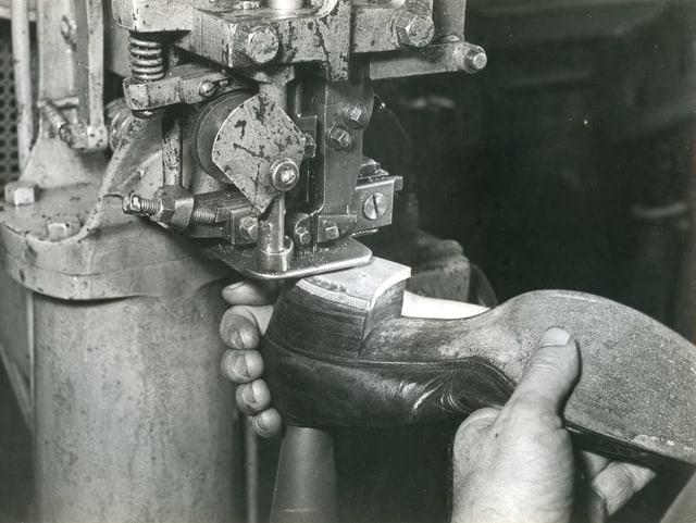 In den 1940er-Jahren wird ein «Bally»-Schuh genagelt.