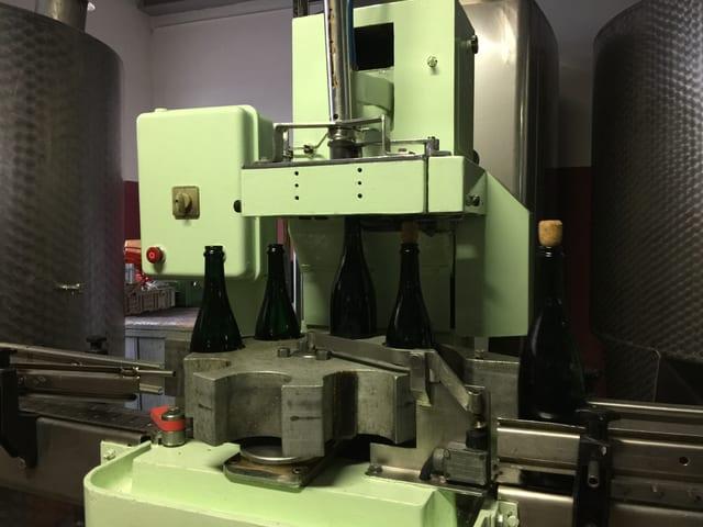 Champagnerflaschen durchlaufen eine Maschine