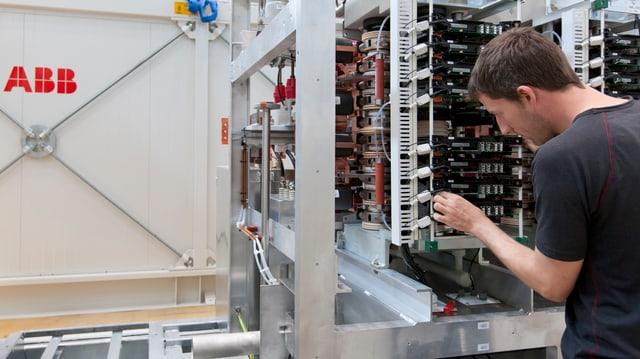 Ein Mann arbeitet an einer Elektro-Installation.