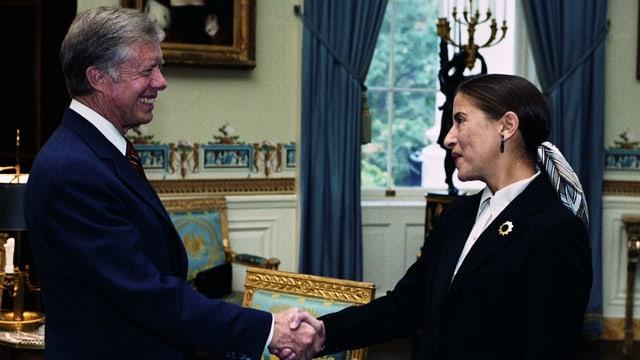 US-Präsident Jimmy Carter beim Handshake mit Ruht Bader Ginsburg.