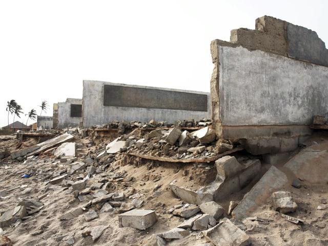 Von der Primarschule stehen nur noch die Wände. Der Rest des Gemäuers liegt in Trümmern um die Ruine herum.