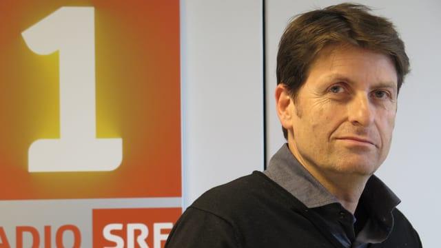Porträt eine Mannes vor SRF-Logo