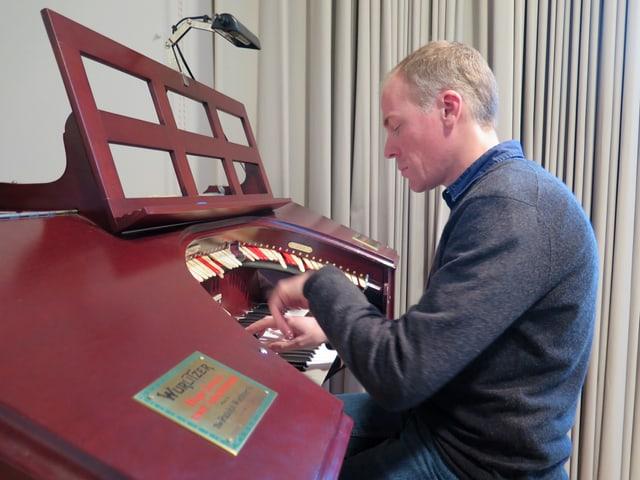 Ruchti an der Orgel am Spielen