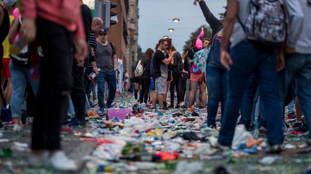Müll liegt auf der Strasse an der Street Parade.