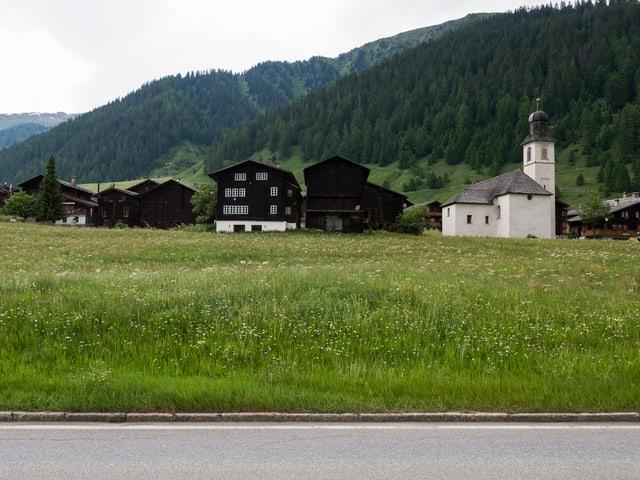 Landschaftsbild Goms mit Kirche.