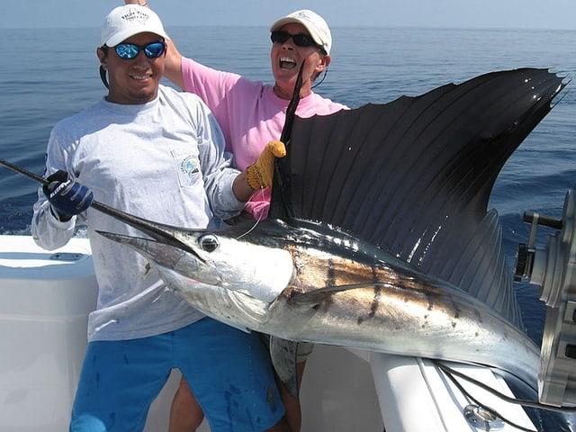 Hochseefischer ziehen einen gefangenen Fächerfisch an Bord.