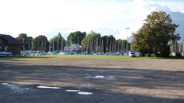 Der Parkplatz am See.
