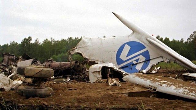 Das Wrack eines Flugzeugs in einem Feld.