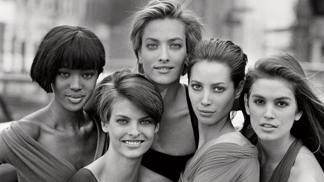 5 Models in Schwarzweiss die in die Kamera blicken.