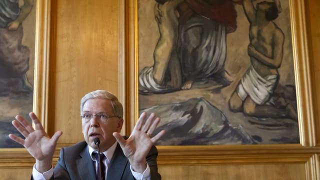 Uni-Rektor Andreas Fischer mit erhobenen Händen.